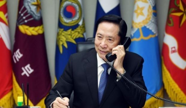 South Korea`s Defense Minister Song Young-moo holds phone talks with US Secretary of State James Mattis on Aug. 16, 2017, in this photo, provided by his ministry. (Yonhap)