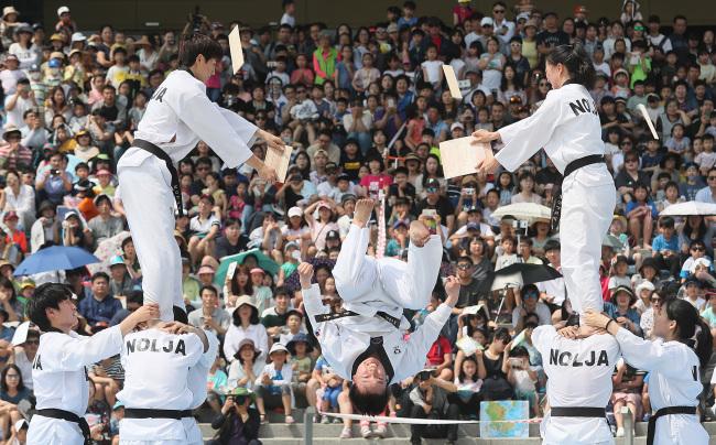 In this file photo from June 6, 2018, taekwondo demonstrators perform at the War Memorial of Korea in Seoul to mark Memorial Day. (Yonhap)