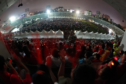 This file photo provided by Seongnam City Hall shows fans gathered at Seongnam Sports Complex in Seongnam, just south of Seoul, to cheer on South Korea at the 2010 FIFA World Cup in South Africa. (Yonhap)
