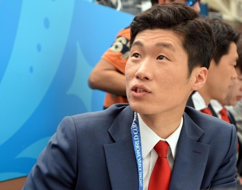 Former South Korean football player Park Ji-sung, who now works as a commentator for local TV broadcaster, speaks to reporters after watching 2018 FIFA World Cup Group F match between Germany and Mexico at Luzhniki Stadium in Moscow on Sunday. (Yonhap)