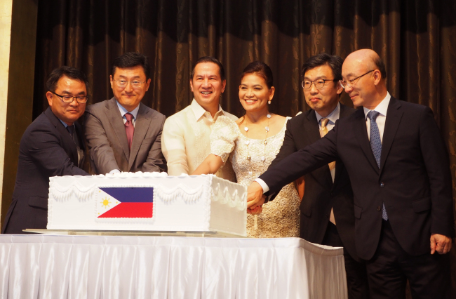 Philippine Ambassador to Korea Raul Hernandez (third from left) participates in a cake-cutting ceremony beside his spouse Ana Hernandez, Korean Deputy Minister for Political Affairs Yoon Soon-gu (second from left), Korean Deputy Minister for Planning and Coordination Suh Jeong-in (second from right) and dignitaries at a reception in Seoul on Thursday, which marked the 120th anniversary of the Philippines' declaration of independence. (Joel Lee/The Korea Herald)