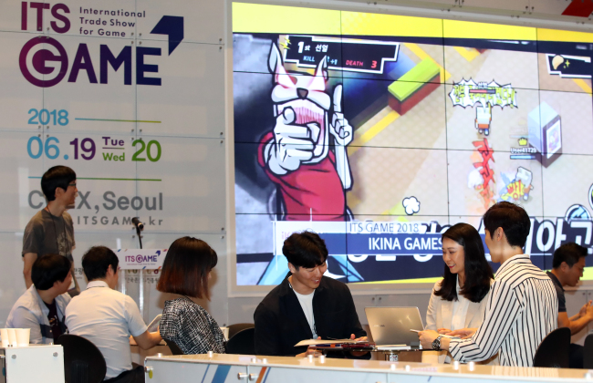"DISCUSSING GAME EXPORTS -- Business meetings are held at the ""2018 ITS GAME"" game industry trade show, which kicked off at Coex in Seoul on Tuesday. In its ninth edition, the event has the participation of 110 game publishers and buyers from 14 countries including the US and China. Yonhap"