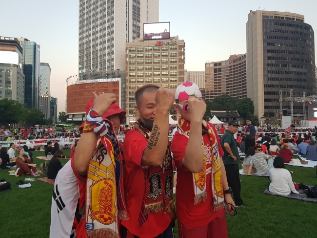 Soccer fans take to Seoul Plaza ahead of South Korean national soccer team`s pre-tournament match against Sweden in World Cup Russia 2018 on Monday. (Park Hyun-koo/The Korea Herald)