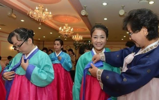 Migrant wives in South Korea learn how to wear hanbok (Yonhap)