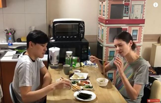 Sarah and Kyu-ho enjoy a home-cooked meal at home. (YouTube)
