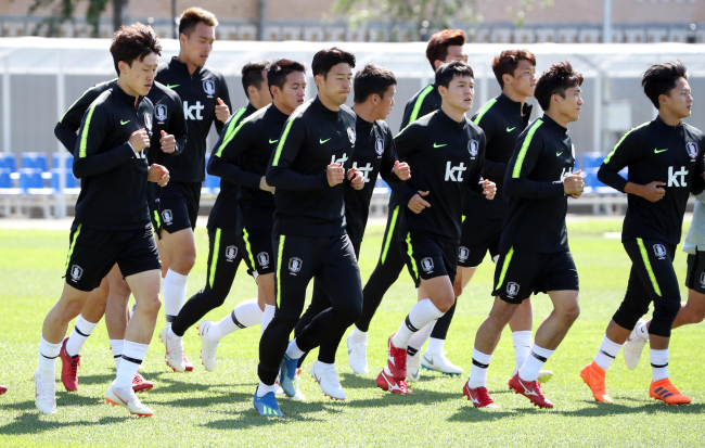South Korea national football team players train at Spartak Stadium in Lomonosov, a suburb of Saint Petersburg, Russia, on June 20, 2018. (Yonhap)
