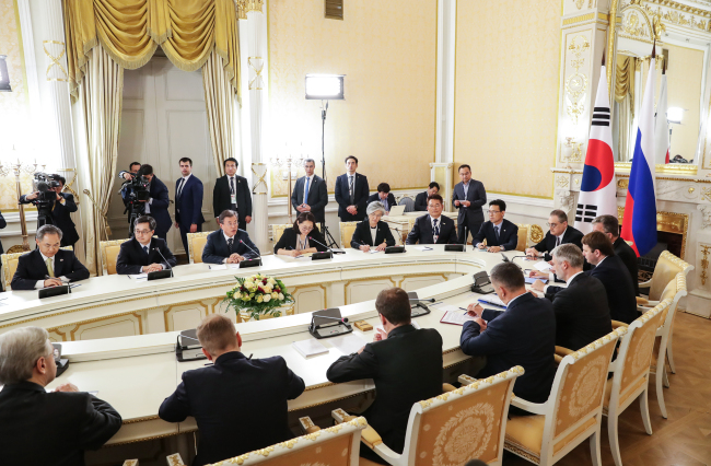 President Moon and Russian Prime Minister Medvedev and their officials hold talks in Moscow on Thursday. (Joint Press Corps)