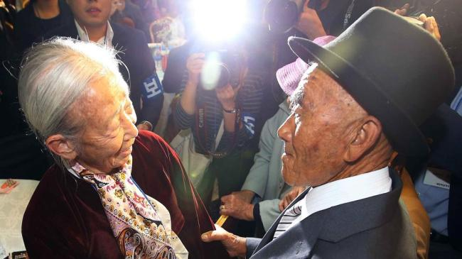 Lee Soon-kyu (left), 88, one of the many South Koreans who have family members or relatives in North Korea, relishes being reunited with her 86-year-old husband Oh In-se, right, at a resort on Mount Kumgang on the North`s east coast. (EPA-Yonhap)
