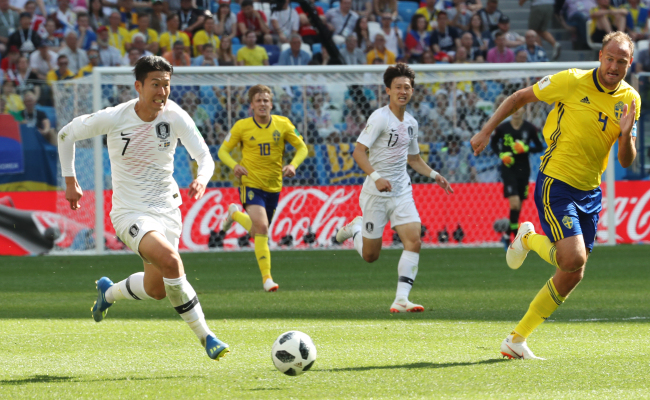 Son Heung-min of South Korea (L) dribbles the ball past Andreas Granqvist of Sweden during their Group F contest of the FIFA World Cup at Nizhny Novgorod Stadium in Nizhny Novgorod, Russia, on Monday, June 18. (Yonhap)