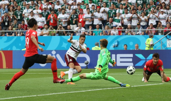 Mexico's forward Javier Hernandez scores their second goal past South Korea's goalkeeper Cho Hyun-woo during the Russia 2018 World Cup Group F football match between South Korea and Mexico at the Rostov Arena in Rostov-On-Don on June 23. (Yonhap)
