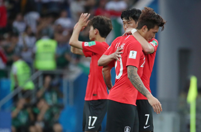 South Korea`s Jang Hyun-soo (2nd from R) is hugged by teammate Son Heung-min after their 2-1 loss against Mexico in the 2018 FIFA World Cup Group F match at Rostov Arena in Rostov-on-Don on June 23. (Yonhap)