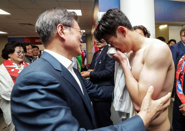 South Korean President Moon Jae-in (L) consoles Son Heung-min following the team`s 2-1 loss to Mexico in their Group F contest at the FIFA World Cup at Rostov Arena in Rostov-on-Don, Russia, on June 23. (Yonhap)