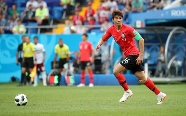 South Korean midfielder and captain Ki Sung-yueng controls the ball during a Group F contest against Mexico at the FIFA World Cup at Rostov Arena in Rostov-on-Don, Russia, on June 23. (Yonhap)