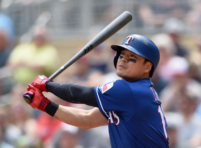 Choo Shin-soo of the Texas Rangers watches his ground rule double against the Minnesota Twins in the top of the second inning of a major league regular season game at Target Field in Minneapolis, Minnesota, on June 23. (Yonhap)