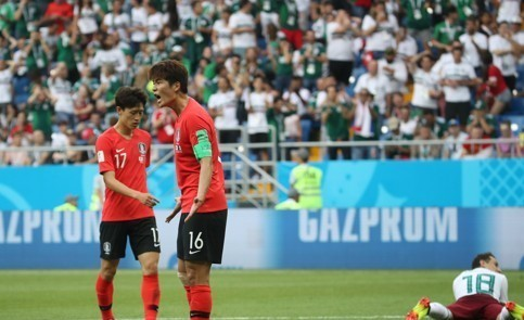 South Korea's Ki Sung-yueng (center) shouts at the referee during the 2018 FIFA World Cup Group F match between South Korea and Mexico at Rostov Arena in Rostov-on-Don, Russia, on June 23, 2018. (Yonhap)