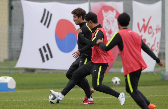 Korea's Oh Ban-suk, left, and Jung Seung-hyun, centre, attend South Korea's official training in Lomonosov near St. Petersburg, Russia, Sunday, June 24, 2018 at the 2018 soccer World Cup. (AP-Yonhap)