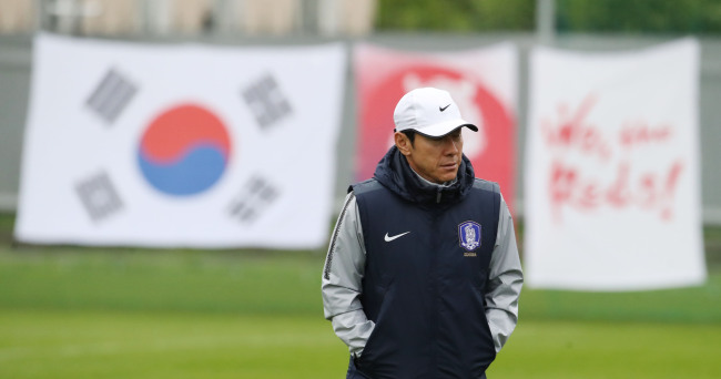 South Korea national football team head coach Shin Tae-yong watches his team's training at Spartak Stadium in Lomonosov, a suburb of Saint Petersburg, Russia, on June 24, 2018, three days ahead of the 2018 FIFA World Cup Group F match between South Korea and Germany. (Yonhap)