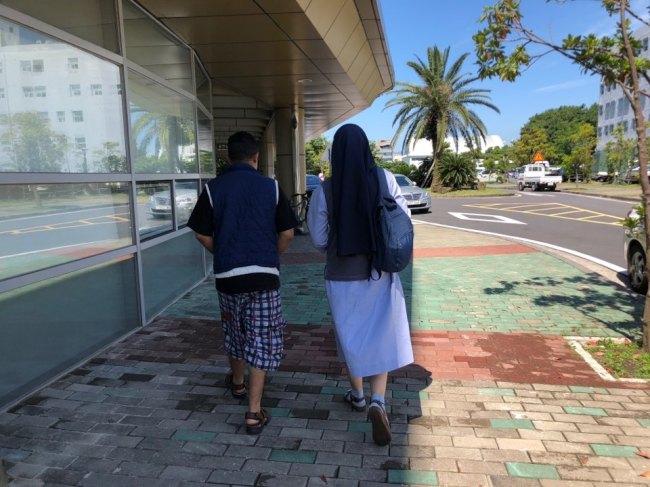 Sister Cristina takes a Yemeni asylum seeker to a hospital in Seogwipo City, Jeju, Thursday. (Jo He-rim/The Korea Herald)