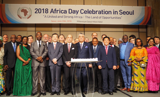 African ambassadors and foreign diplomats pose at the Africa Day reception in Seoul on Wednesday. (Joel Lee/The Korea Herald)