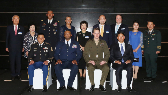 Participants pose at the 2018 Korea-America Friendship Night in Seoul on Thursday. In the photo are Korea America Friendship Society President Han Chul-soo (top row, fourth from right); Gen. Vincent Brooks, commander of the United Nations Command, Combined Forces Command and United States Forces Korea (top row, third from right); and Marc Knapper, US Embassy Seoul charge d'affaires ad interim. In the bottom row are Korea-America Friendship awardees Sgt. 1st Class Ryan Michael Manuel of the US Army (left); Master Sgt. Christopher Thompson of the US Air Force (second from left); US Marine Corp Capt. Joseph D. Osborne (second from right) on behalf of US Marine Corp Corp. Jose Casiastapia and Personal Specialist Two Antonio Hill of the US Navy; and Richard Scott of the Department of Defense (right). (KAFS)