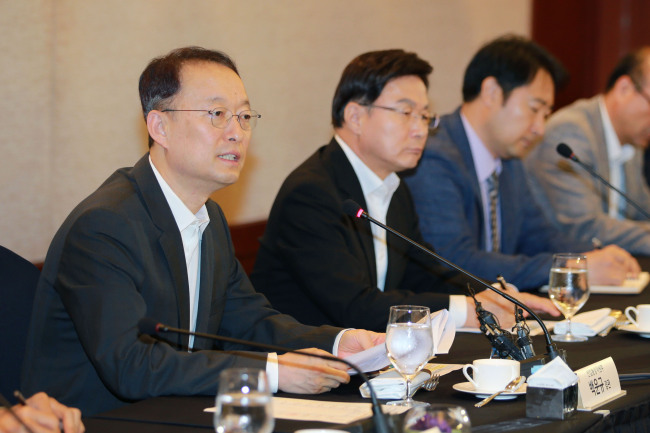 Trade Minister Paik Un-gyu presents plans to invest 2.6 trillion won in fuel cell vehicles until 2022 during a meeting with industry officials on Monday in Seoul. (Yonhap)