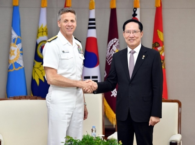 South Korean Defense Minister Song Young-moo (right) holds talks with Adm. Philip Davidson, the commander of the US Indo-Pacific Command, at his ministry building in Seoul on June 25, 2018. (Yonhap)