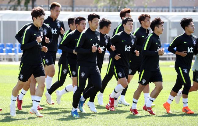 South Korea national football team players train at Spartak Stadium in Lomonosov, a suburb of Saint Petersburg, Russia, on June 20, 2018. (Yonhap)