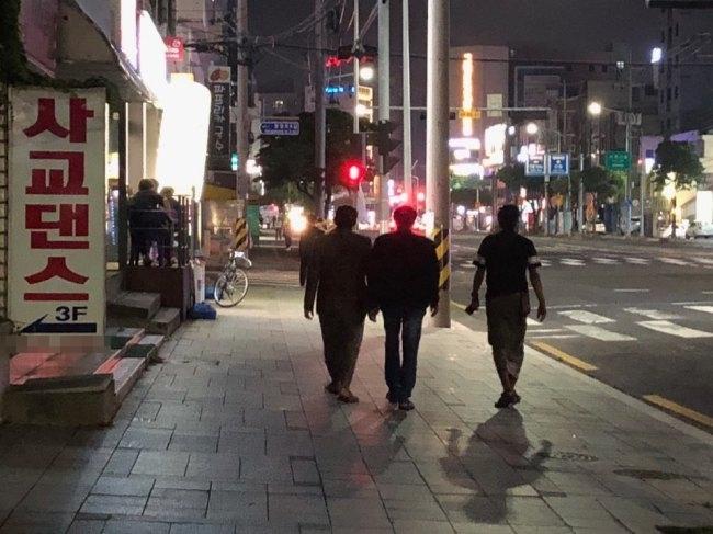 Yemenis walk in Jeju on Wednesday. (Jo He-rim/The Korea Herald)