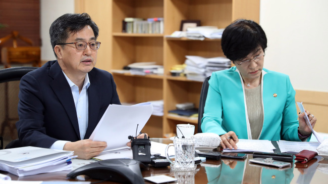 Deputy Prime Minister Kim Dong-yeon (left) and Labor Minister Kim Young-joo (Yonhap)