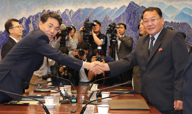 South and North Korea hold talks on connecting and modernizing cross-border railways at the truce village of Panmunjeom on Tuesday. The South Korean delegation was headed by Vice Transport Minister Kim Jeong-ryeol (center right) and the North Korean team was led by Vice Railroad Minister Kim Yun-hyok (center left). (Yonhap)