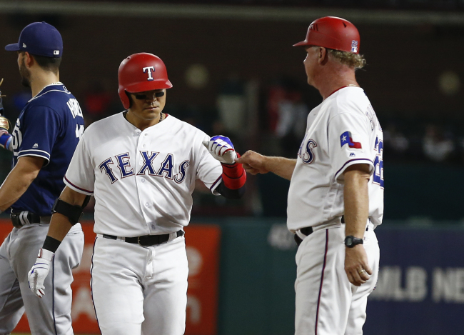 Texas Rangers` Choo Shin-soo, left, celebrates his base hit with hitting coach Steve Buechele during the ninth inning of a baseball game against the San Diego Padres, Tuesday, in Arlington, Texas. (AP-Yonhap)
