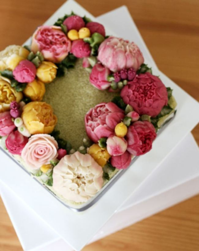 Tteok decorated with flowers (Morak Morak Table)