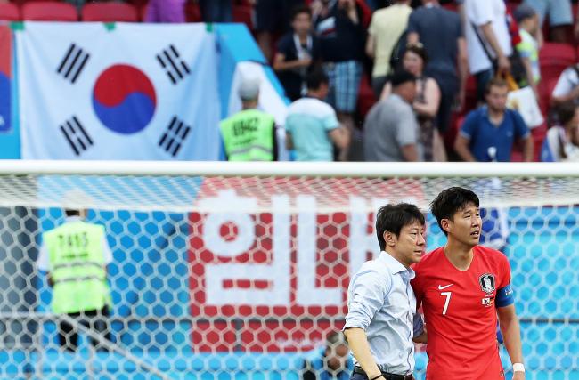 South Korea`s football coach Shin Tae-yong (left) and Son Heung-min (Yonhap)