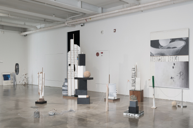 """Lee Chung-hyung's installation work """"A Wall that Resembles the Shape of a Sculpture"""" (SongEun ArtSpace)"""