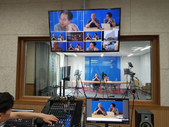 A media room in Seoul Startup Hub allows entrepreneurs to advertise their company or products through a live YouTube channel. (Chyung Eun-ju/The Korea Herald)