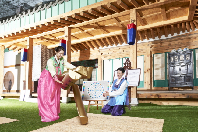 People try traditional Korean games at the newly opened Traditional Culture Experience Center of the Imperial Palace Seoul. The center also allows Korean and foreign visitors to take pictures with a Korean traditional house in the background, wearing hanbok, or traditional Korean clothing. The Club Lounge on the 20th floor features the interior of a traditional Korean house, too. (Imperial Palace Seoul)