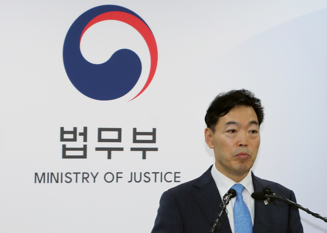 Vice Justice Minister Kim Oh-soo announces measures to cope with hundreds of Yemeni refugees suddenly crowding into the country's southern resort island of Jeju in recent months during a briefing session at the ministry in Gwacheon, south of Seoul on Friday. (Yonhap)