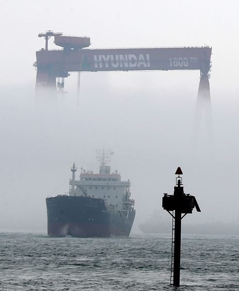 This file photo shows fog covering part of a huge Goliath crane at Hyundai Heavy Industries Co.`s shipyard in Ulsan. (Yonhap)