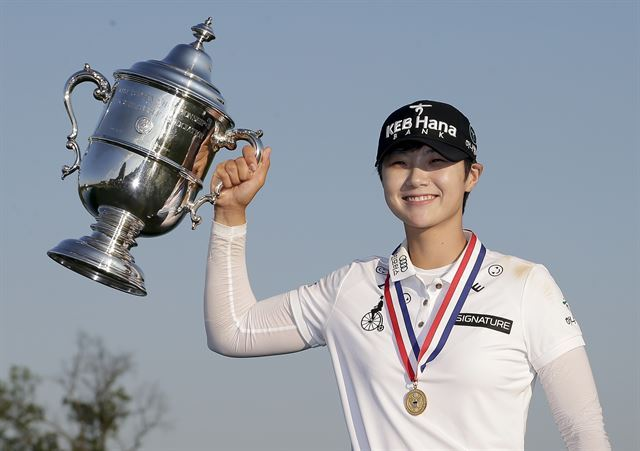 South Korea's Park Sung-hyun holds up the championship trophy after winning the US Women's Open Golf tournament Sunday, July 16, 2017, in Bedminster, NJ. (AP-Yonhap)