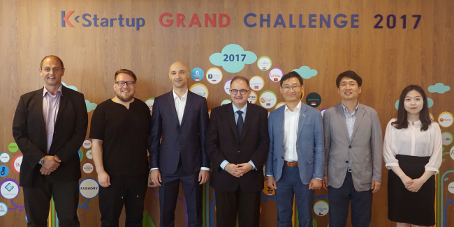 Participants pose at a roundtable event on Friday at Pangyo Startup Campus, including Bulgarian Ambassador to Korea Petar Andonov; Stamen Kotchkov, chairman of the Bulgarian Association of Software Companies; Imagga Technologies manager Chris Georgiev; and Korean information technology officials from the National IT Promotion Agency and company representatives. (Bulgarian Embassy)