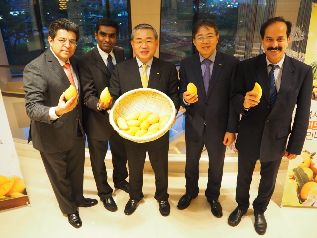 Participants pose at a mango-tasting event at JW Marriott Dongdaemun in Seoul on Wednesday, organized by the Indian Embassy and Indian Chamber of Commerce in Korea. In the photo are (from the left) Vladimir Vazquez Hernandez, Mexican Embassy deputy head of mission; Satish Sivan, Indian Embassy deputy head of mission; Shin Myung-jin, chairman of the Korea Importers Association; Kim Hyun-myung, vice chairman of the Korea Importers Association; and Vasudev Tumbe, chairman of the ICCK. (Joel Lee/The Korea Herald)