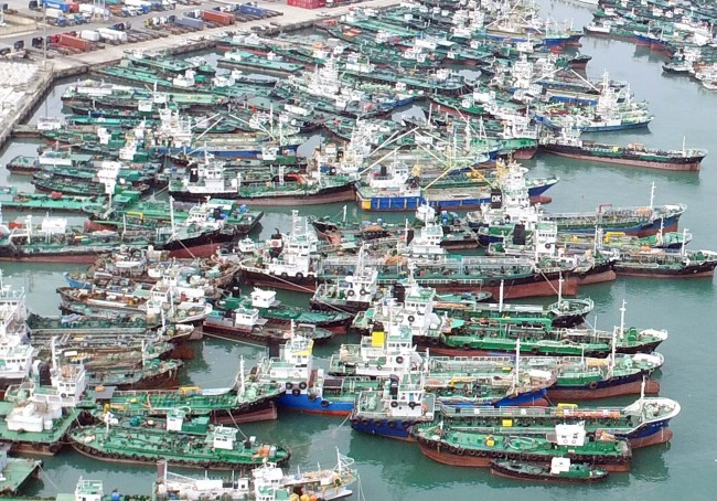 Large fishing vessels are anchored at Busan port. (Yonhap)