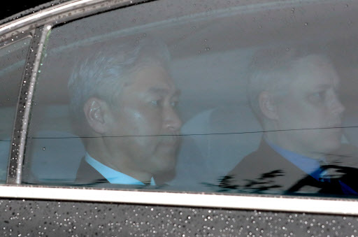 Sung Kim, the US ambassador to the Philippines, leaves the Four Seasons Hotel in central Seoul early Monday morning. (Yonhap)