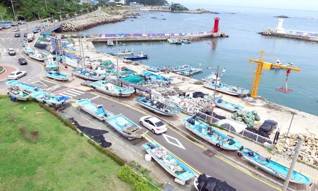 Small fishing boats line Busan port. (Yonhap)