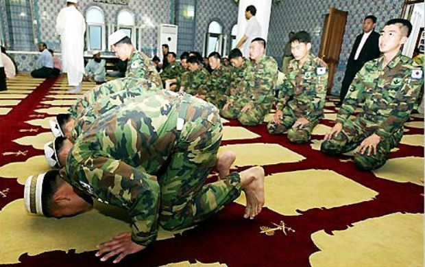 Soldiers from Zaitoon Unit pray after conversion ceremony at a mosque in Hannam-dong, Seoul. (Yonhap)