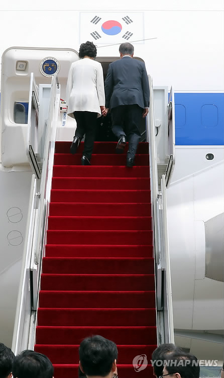 President Moon Jae-in and first lady Kim Jung-sook board Code One for an overseas trip. (Yonhap)