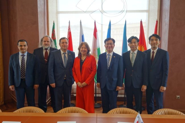 Sung Yun-mo (fifth from left), commissioner of the Korean Intellectual Property Office, poses for a photo with officials from the Eurasian Patent Office, including its President Saule Tlevlessova (fourth from left), following talks on intellectual property partnerships in the areas of patent prosecution highway and data exchange on June 21 in Moscow, Russia. (KIPO)