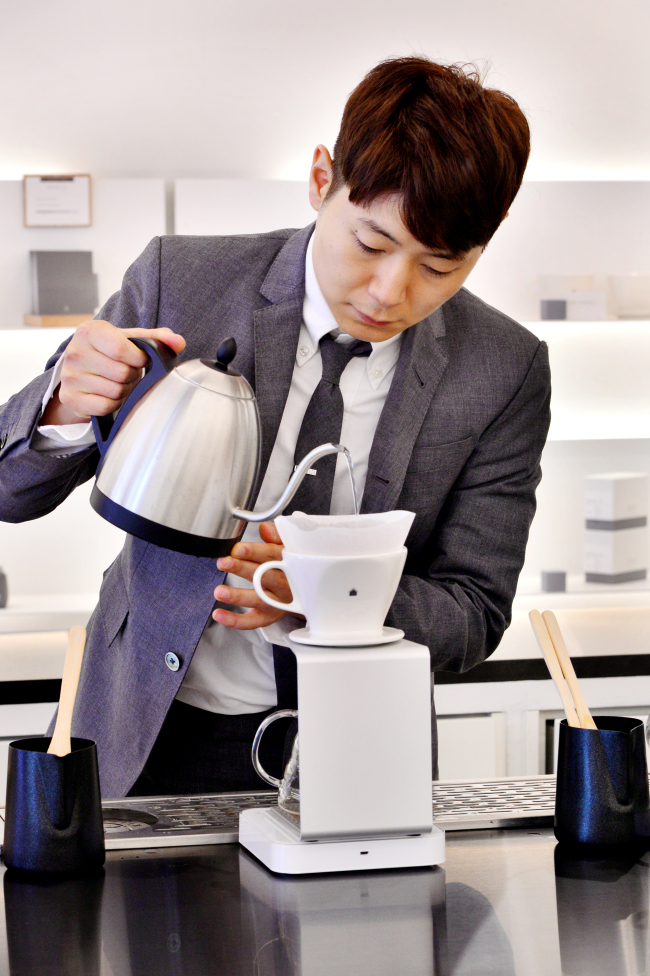 Gray Gristmill director and head barista Bang Jun-bae, who took top honors at the 2017 Korea National Barista Championship, and his team of five baristas brew a carefully-curated selection of coffee at the new cafe. (Park Hyun-koo/The Korea Herald)