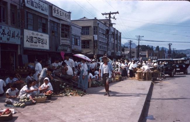 Photos of shoppers at Bangsan Wholesale Market taken in 1950s. (Seoul Metropolitan Government)