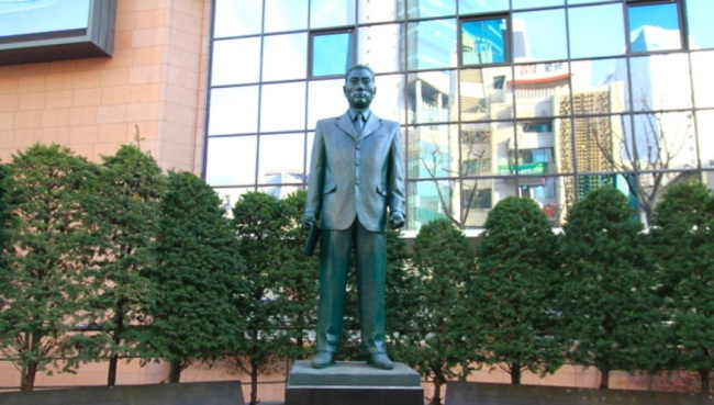 A statue of Na Seok-ju in front of Industrial Bank of Korea. (Korea Tourism Organization)